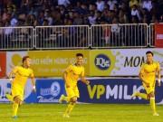 """Công Phượng bất lực  & amp;  """" Ronaldo Việt Nam """"  bất ngờ nhận quà"""