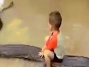 Thế giới - Bé 3 tuổi cưỡi trăn khổng lồ ở VN gây choáng trên báo Tây