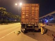 Xe máy  đóng  chặt vào đuôi container, thanh niên tử vong tại chỗ