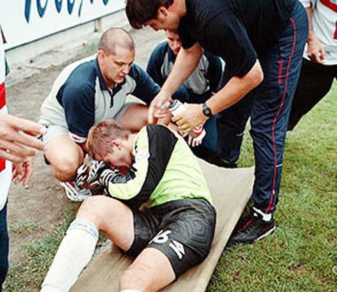 Những vụ va chạm khiến thủ môn chết trên sân 4