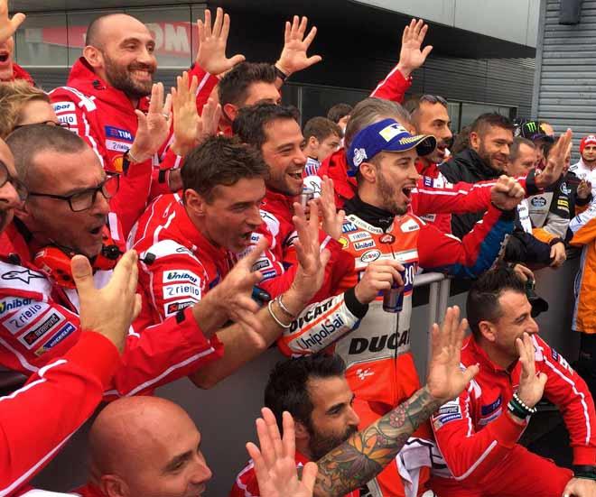 """Đua xe MotoGP: Thủy chiến """"tàn khốc"""", huyền thoại ngã đau đớn 3"""