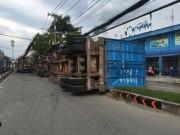 Cả chục người rụng rời khi xe container lật ngang xuống đường