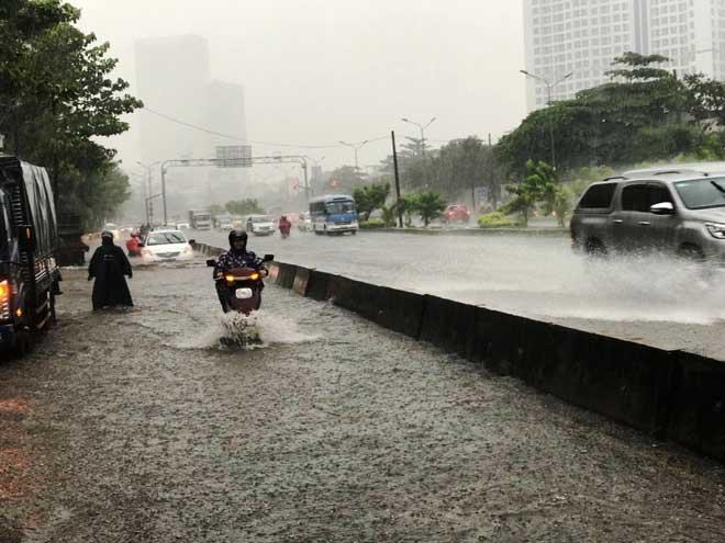 """Hé lộ nguyên nhân """"quái vật"""" hút nước """"bó tay"""" khiến phố Sài Gòn thành sông"""
