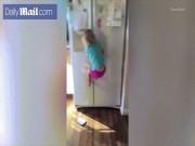 Bé gái 2 tuổi thoăn thoắt trèo lên nóc tủ lạnh cao 2 mét