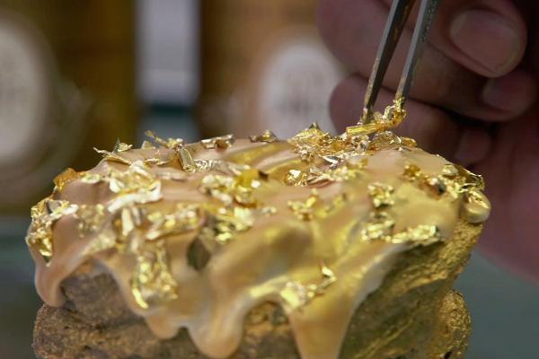 Giới siêu giàu: Ăn bánh dát vàng, được giao hàng bằng xe Rolls Royce - 5