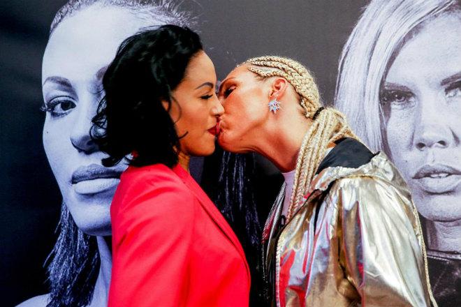 """Boxing: Nữ vương xinh đẹp đỏ mặt vì bị đối thủ tung chiêu """"nhạy cảm"""" 1"""