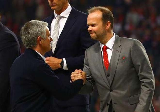 """Mourinho tính bỏ MU: Khó ở vì bị sếp lớn """"chọc ngoáy"""" 2"""