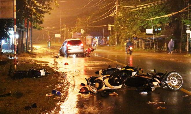 """Ô tô """"điên"""" tông 6 xe máy, 9 người nằm bất động trên đường"""