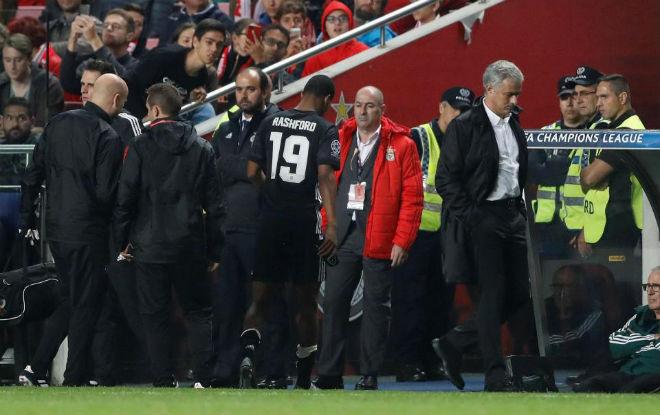 """MU bất bại, Mourinho vẫn dễ """"bay ghế"""" vì người cũ Barca 4"""