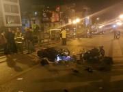 HN: Hai xe máy nát bét trên cầu vượt Thái Hà, 4 người văng tứ tung