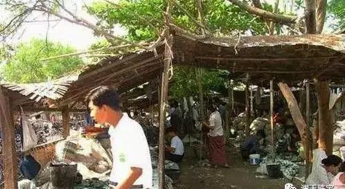 Choáng: Ngọc phỉ thúy thô ở Myanmar bán đổ đống như rau ngoài chợ - 1