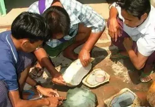 Choáng: Ngọc phỉ thúy thô ở Myanmar bán đổ đống như rau ngoài chợ - 7