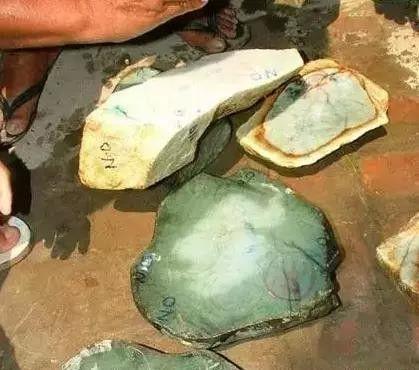 Choáng: Ngọc phỉ thúy thô ở Myanmar bán đổ đống như rau ngoài chợ - 8