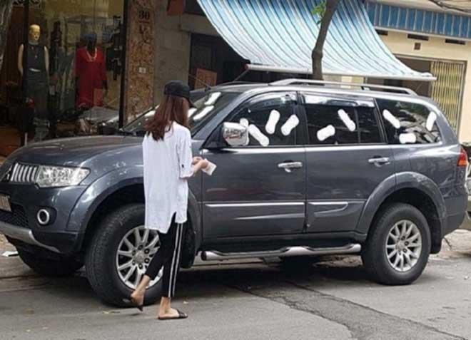Nóng 24h qua: Cô gái trẻ dùng băng vệ sinh dán kín ô tô án ngữ trước cửa hàng