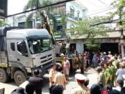Nâng xe tải để đưa thi thể cụ bà tử vong ra ngoài