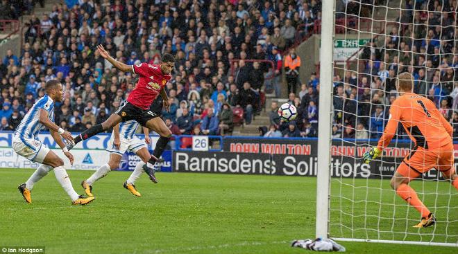 """Huddersfield - MU: Bước ngoặt 2 sai lầm, """"thần Tài"""" không cứu kịp 15"""