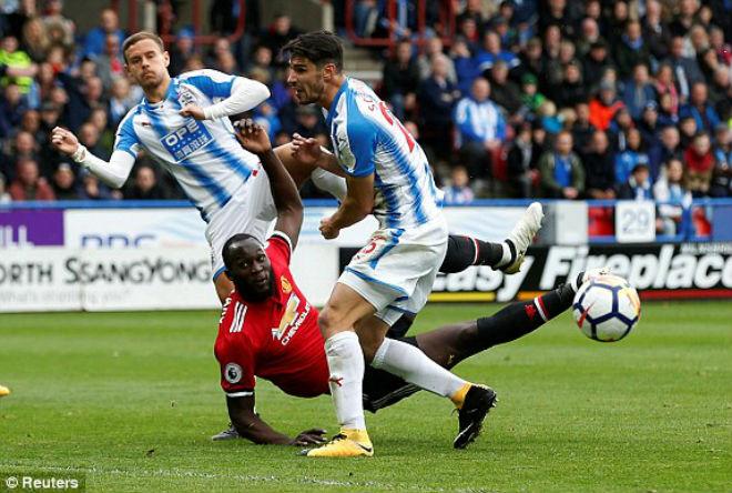 """Huddersfield - MU: Bước ngoặt 2 sai lầm, """"thần Tài"""" không cứu kịp"""