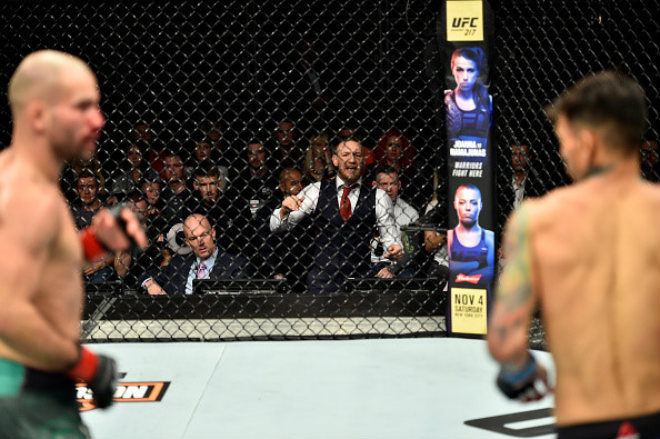 """McGregor làm loạn UFC: """"Ma nhập"""" gào thét, chỉ đạo như HLV 1"""