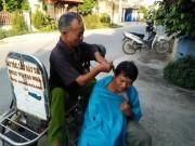Người đàn ông hơn 20 năm ngồi xe lăn đi  vít đầu thiên hạ