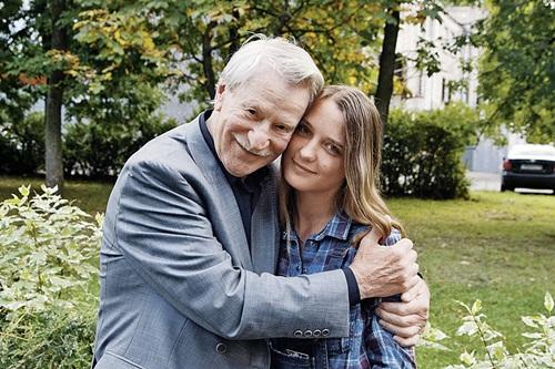 Cụ ông 86 tuổi kết hôn với nữ sinh xinh đẹp nước Nga bây giờ ra sao? - 11