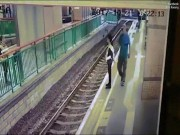Vui tay  đẩy người ngã xuống đường ray rồi thản nhiên bước đi