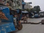 Dân mang gỗ ra chặn đường, phản đối ô tô gây  bão bụi