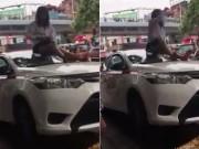 Nữ tài xế taxi mặc váy leo nóc xe  ăn vạ  CSGT