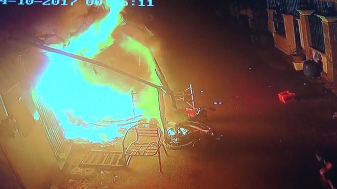 Vụ cháy 2 người chết ở SG: Bà ngoại chết trong tư thế kéo cháu ra khỏi biển lửa