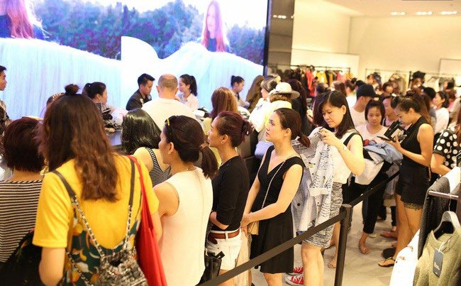 Thương hiệu ngoại đổ bộ, thời trang Việt nguy cơ thua trên sân nhà - 1