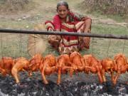 """Ẩm thực - Cụ bà nấu thịt gà trong quả dưa hấu lại """"gây sốt"""" với clip nướng gà"""