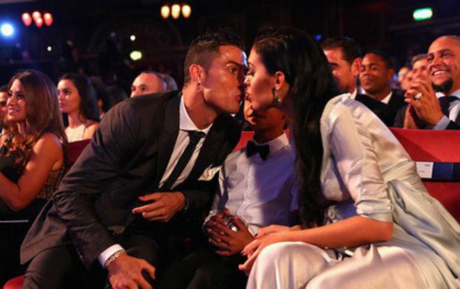"""Bồ xinh mang bầu, người đẹp dụ Ronaldo """"tình một đêm"""" 1"""