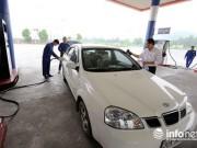"""Cây xăng  """" made in VN """"  cũng lau kính, rửa xe miễn phí cho khách"""