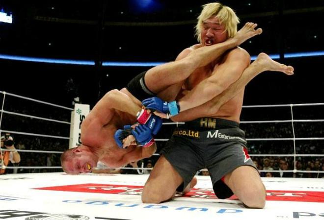 """""""Quái vật"""" 2,2m - 1,5 tạ bị đối thủ """"tí hon"""" đánh bầm dập: Kỳ tích MMA 1"""
