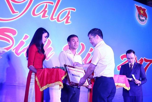 ĐH Điện lực thưởng cho sinh viên trả lại 320 triệu đồng - 1