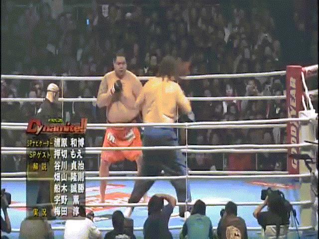 """""""Quái vật"""" 2,2m - 1,5 tạ bị đối thủ """"tí hon"""" đánh bầm dập: Kỳ tích MMA 2"""