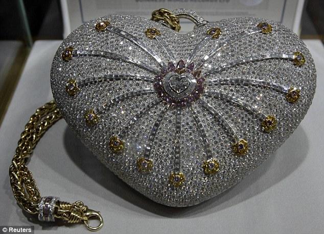 Cận cảnh chiếc ví cầm tay đắt nhất thế giới, nạm 4500 viên kim cương - 1