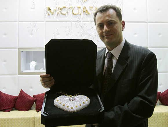 Cận cảnh chiếc ví cầm tay đắt nhất thế giới, nạm 4500 viên kim cương - 4