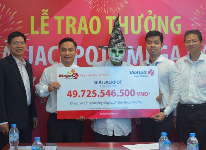Nóng 24h qua: Người đàn ông hóa trang cực dị đi nhận giải jackpot 50 tỷ