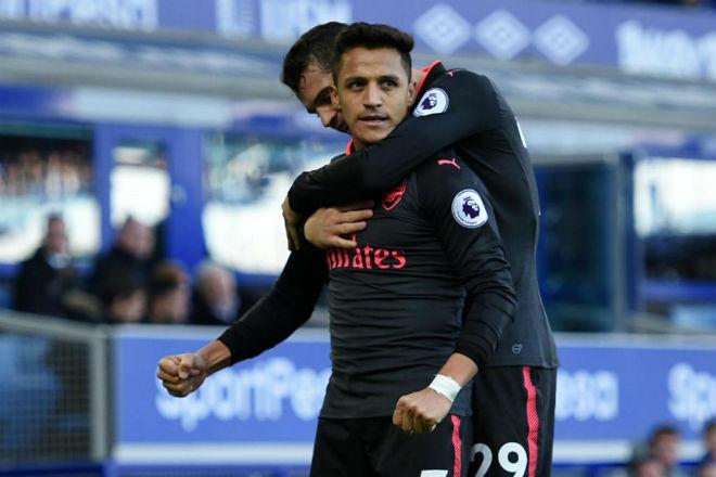 """Arsenal bán Sanchez """"rẻ như cho"""": Barca vui, Man City – PSG phẫn nộ"""