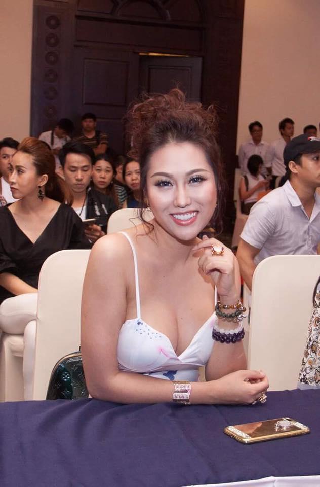Đâu phải lần đầu Phi Thanh Vân mặc váy ngủ khoe vòng 3