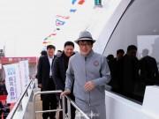 Mua du thuyền triệu đô, Thành Long bị chỉ trích khoe của và diễn kịch
