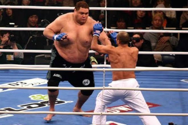 """""""Quái vật"""" 2m - 250kg bá chủ sumo, bị 4 cao thủ """"xử đẹp"""": Trò hề MMA 1"""