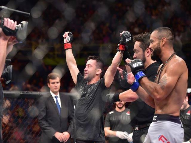 """UFC: """"Sát thủ"""" tung chiêu độc khóa càng, đối thủ giãy không nổi 1"""