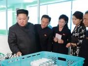 Lần hiếm hoi ông Kim Jong-un đi thị sát nhà máy cùng vợ