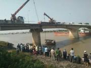 Tông sập lan can cầu, xe ben lao xuống sông Kinh Thầy