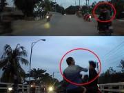 """Tin tức trong ngày - Clip: Hai thanh niên chạy xe lạng lách, chặn đầu ô tô và cái kết """"đắng"""""""