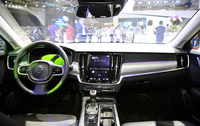 Sedan hạng sang Volvo S90 giá từ 2,4 tỷ đồng ở Việt Nam - 3