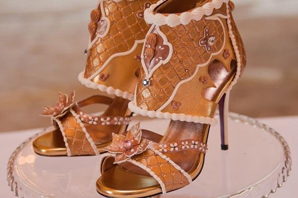 Choáng: Giày cao gót nạm kim cương vàng miếng, giá đắt hơn cả siêu biệt thự - 1