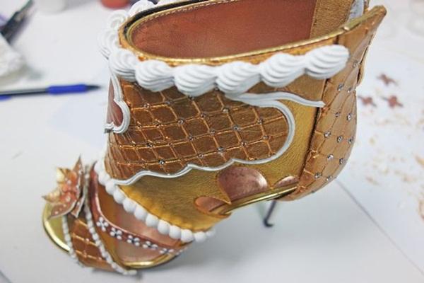 Choáng: Giày cao gót nạm kim cương vàng miếng, giá đắt hơn cả siêu biệt thự - 3