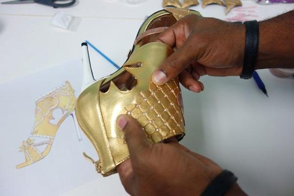 Choáng: Giày cao gót nạm kim cương vàng miếng, giá đắt hơn cả siêu biệt thự - 4